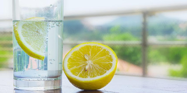 ¿Bebes limón y agua caliente para perder peso?