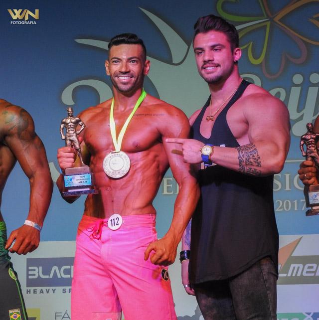 Breno Neves recebe troféu de campeão das mãos do atleta Diego Rosa. Foto: William Netto