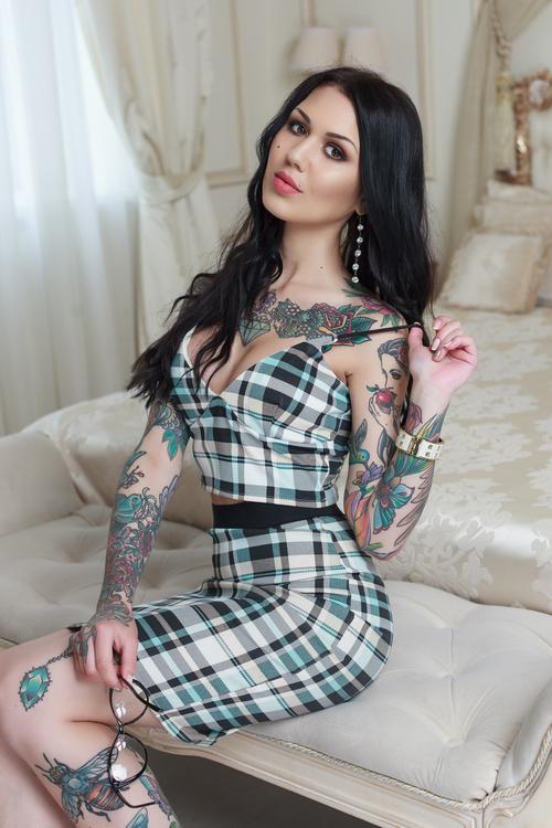 Frau mit Tatoos aus Russland