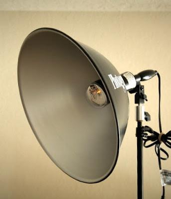 Photofloods merupakan lampu yang sumber cahayanya berasal dari bohlam dan bisa di atur seperti lampu belajar