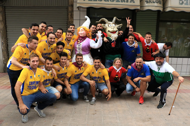 El CF Zuazo posa tras el pregón de las fiestas de Zuazo-Arteagabeitia