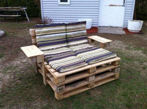 Aprende c mo hacer sillones y camas con palets reciclados - Hacer sillones con palets ...