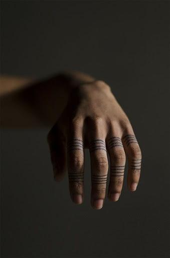 O utente dedos são cobertos em conjuntos de quatro linhas entre os dedos.