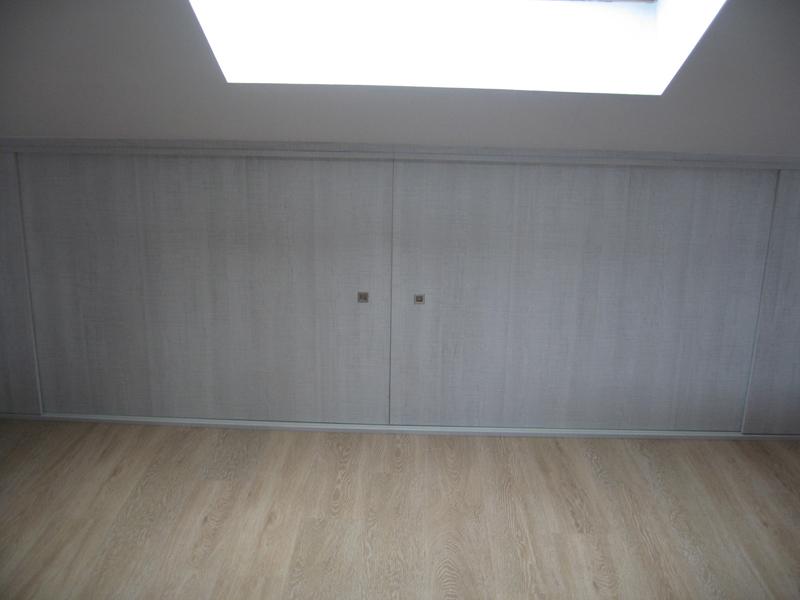 Frente de armario bajo tejado en buhardilla muebles - Muebles para buhardillas ...