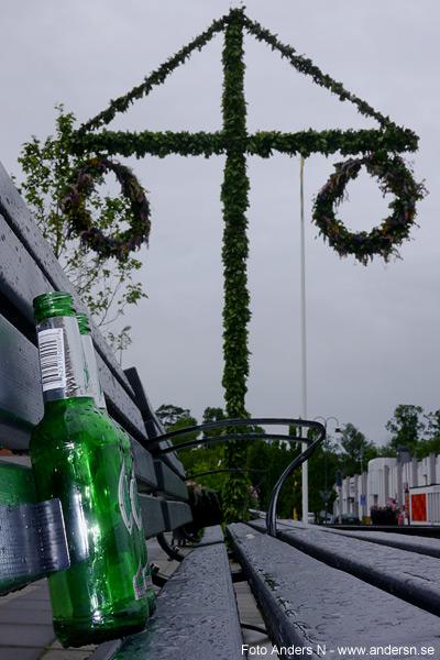 midsommar svensk sverige riktig svensk äkta svensk misommarstång majstång öl alkohol supa superi mulet regn grått grå moln våt vått regnig