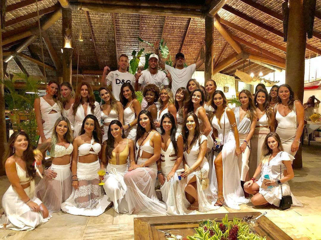 3cfd098de6 Neymar passa ano-novo com Medina e Arthur Mello e 26 mulheres - As ...