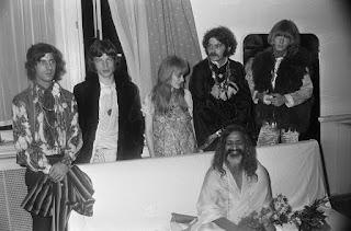 Marianne Faithful avec Mick Jagger, Brian Jones et Mararishi Mahesh Yogi