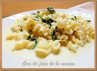 Galletti con salsa de espinacas y queso