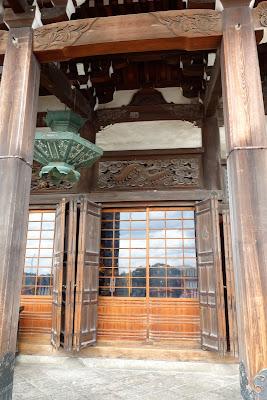 本堂正面右側 (こちらにも百足の宮彫りがあります)