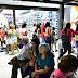 Gran circulación de personas en el primer día de venta sobre la nueva peatonal Rivadavia