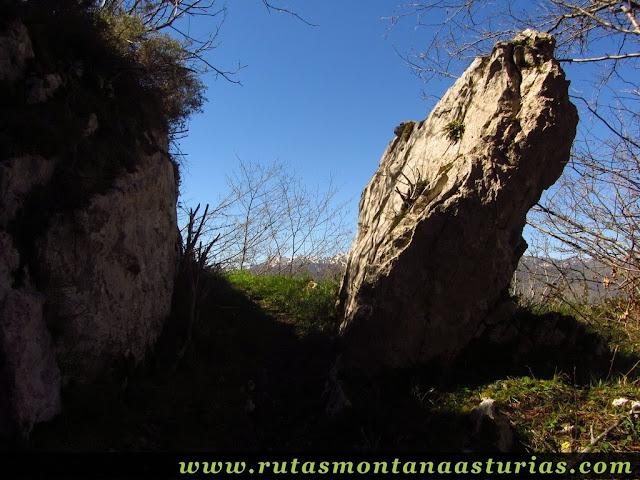 Roca en el camino de subida
