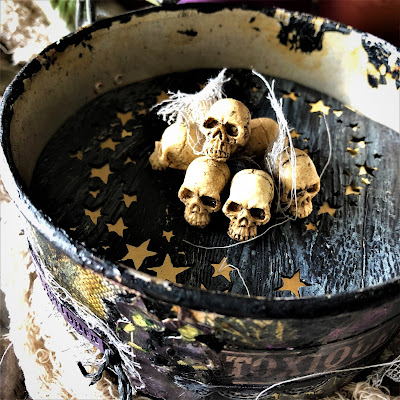 Sara Emily Barker sarascloset https://sarascloset1.blogspot.com/2018/10/a-tiny-witching-cauldron.html Altered Cauldron with Tim Holtz Sizzix Alterations, Distress and Ideaology 16