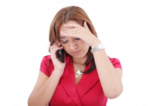Hablando por teléfono con preocupación