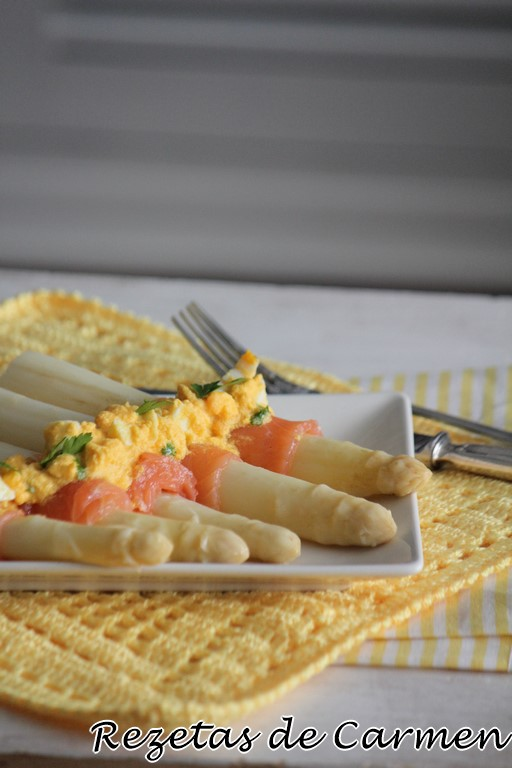 Espárragos blancos con salmón.