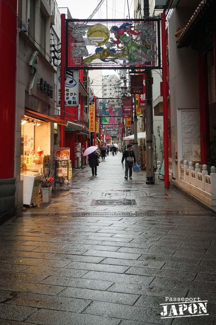 Rue de Chinatown sous la pluie, Nagasaki