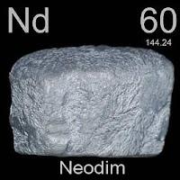 Neodimyum elementi üzerinde neodimyumun simgesi, atom numarası ve atom ağırlığı.
