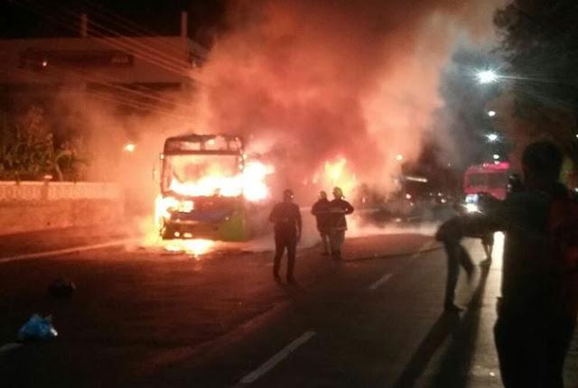 Ônibus é incendiado após protesto contra aumento da passagem em Teresina