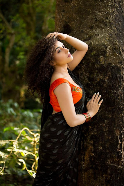 pearle maaney in black saari