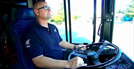 Quand ce chauffeur de bus voit monter le garçon de 3 ans, il concocte un plan pour piéger l'homme qui l'accompagne.
