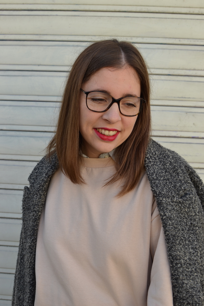 manteau gris chiné H&M, sweat rose H&M, rouge à lévre Chanel