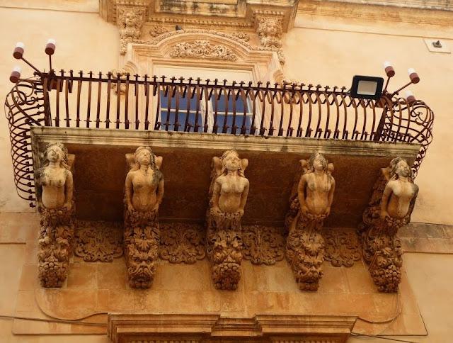 uno dei balconi di palazzo nicolaci a noto