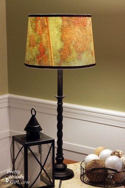 Ubah lampu meja biasa menjadi lampu hias yang menarik, dengan hanya melapisinya dengan kertas peta atau atlas.