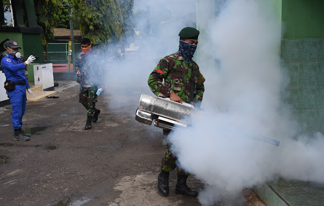 Prajurit Kogasgabpad Laksanakan Fogging di Tadulako Palu