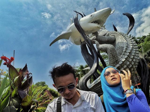 Patung perkelahian buaya dan ikan hiu ikon kota Surabaya