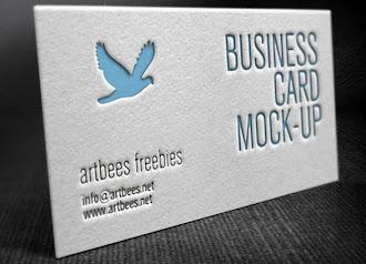Üzerinde mavi bir güvercin olan kabartmalı bir kartvizit