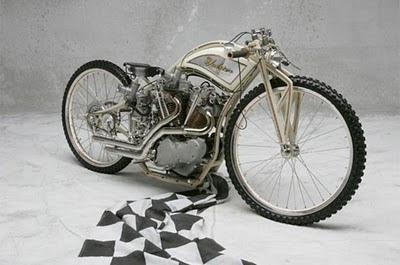 moto retro con llantas delgadas