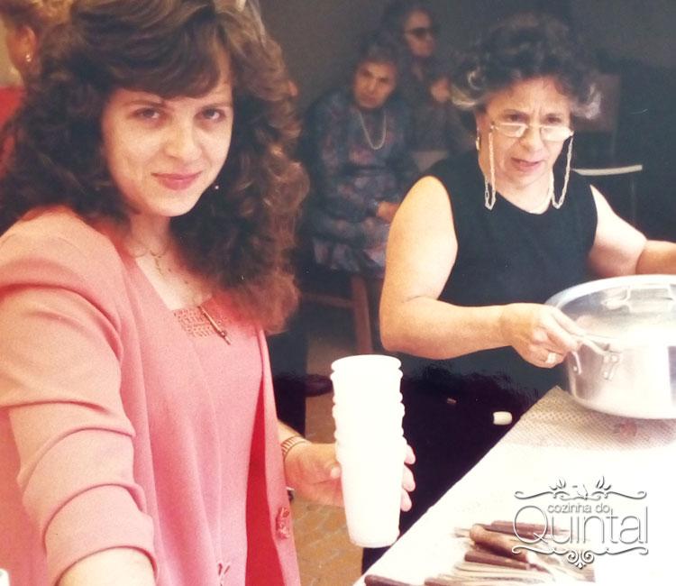 Eu e minha mãe, com a minha avó materna lá no fundo. É, casamento de italiano tem comida, bela!! Comida!!!