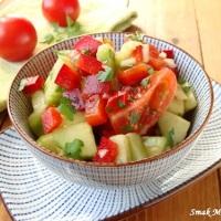 http://smakmojegodomu.blogspot.com/2017/05/surowka-z-papryka-ogorkiem-i-pomidorami.html