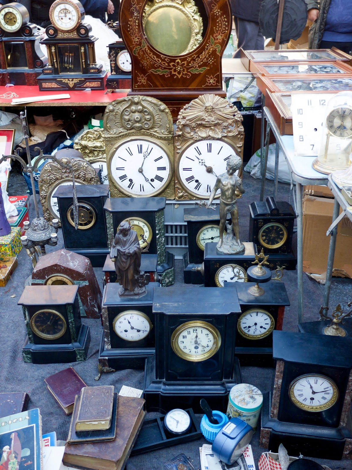 Relojes antiguos en el Rastro de Madrid, 2015