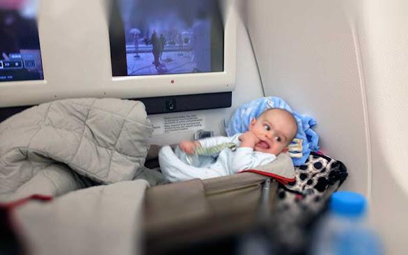 pek çok hava yolunda çocuk yatağı hizmeti var, uçakla uzun uçuşları kolaylaştırmanın bir yolu
