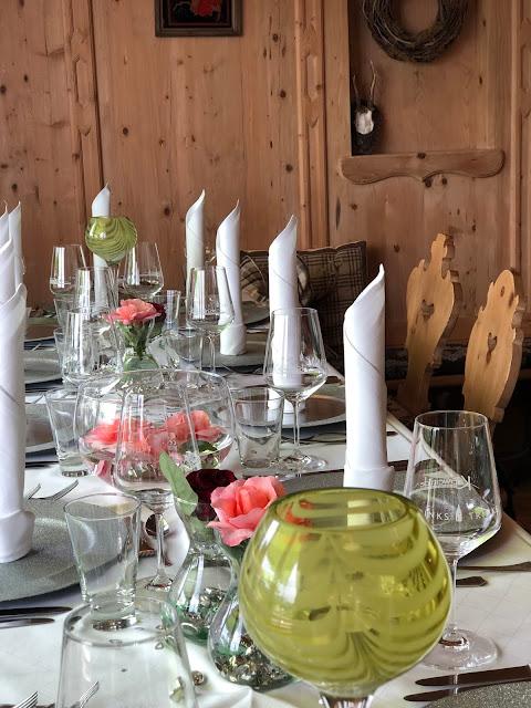 Hochzeitstafel zum Mittagessen nach dem Standesamt im Seestüberl, Uschis Hochzeitsblog, Hochzeitslocation, Location-Tipp, Parkhotel am Soier See, Ammergauer Alpen, heiraten am See, Bayern, Hochzeitsplanerin Uschi Glas, Bad Bayersoien, Standesamt