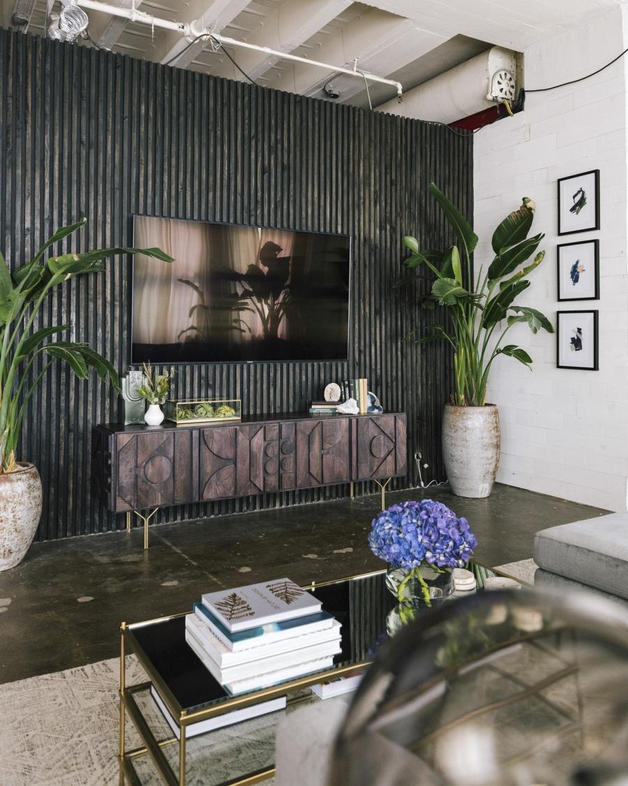 Loft urządzony w trendzie urban jungle, wystrój wnętrz, wnętrza, urządzanie domu, dekoracje wnętrz, aranżacja wnętrz, inspiracje wnętrz,interior design , dom i wnętrze, aranżacja mieszkania, modne wnętrza, loft, styl loftowy, styl industrialny, urban jungle, miejska dżungla, rośliny, kwiaty, zieleń, salon, komoda