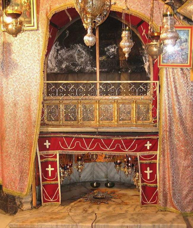O local onde Jesus nasceu é marcado por uma estrela de prata, sobre o mármore