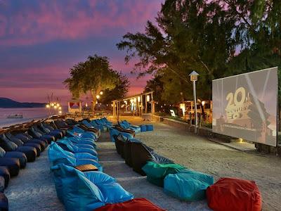 Pemutaran film di tepi pantai