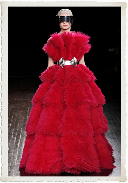 abito rosso di Alexander Mcqueen