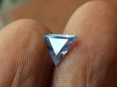 Đá Sapphire thiên nhiên mài fancet hình tam giác