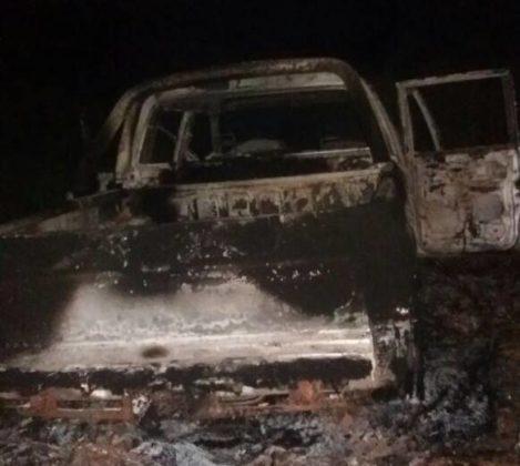 Depois de matar motorista, grupo ateou fogo em carro  (Foto: Reprodução/Alta Pressão Online)