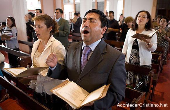 Cristianos latinoamericanos en iglesia
