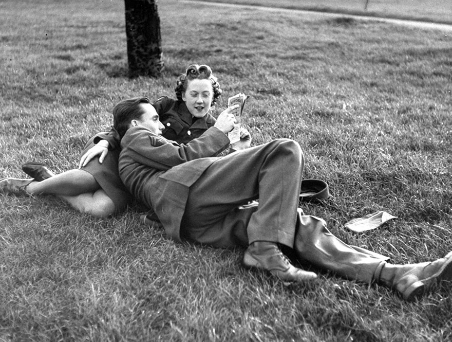 60 + 1 Heart-Warming Historical Pictures That Illustrate Love During War - An English ATS And A GI Lies In The Grass In Hyde Park, 1945
