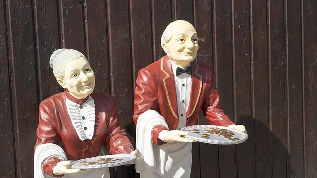 obsługa klienta - figury przedstawiające kelnera i starszą kelnerkę