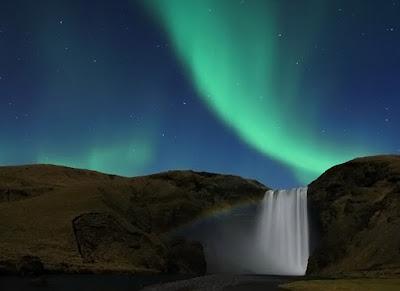 Aurora boreal en una cascada de Islandia