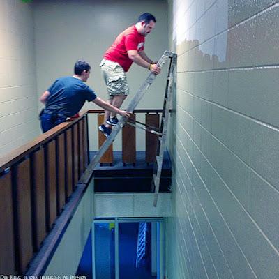 Dumme Menschen arbeiten lustig auf Leiter - Unfallgefahr