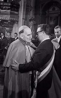 O Cardeal de Santiago do Chile, Mons. Silva Henríquez artífice de uma das mais escandalosas colaborações com o comunismo. Na foto, abraça presidente marxista Salvador Allende na catedral chilena, 18.09.1971.