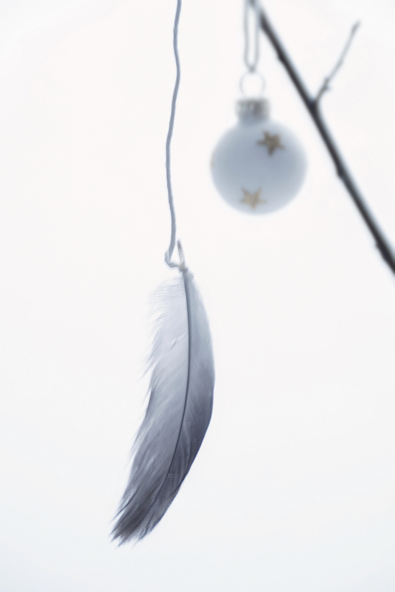 Christmas tree decoration DIY: Feathers as ornaments // Federn als Christbaumschmuck