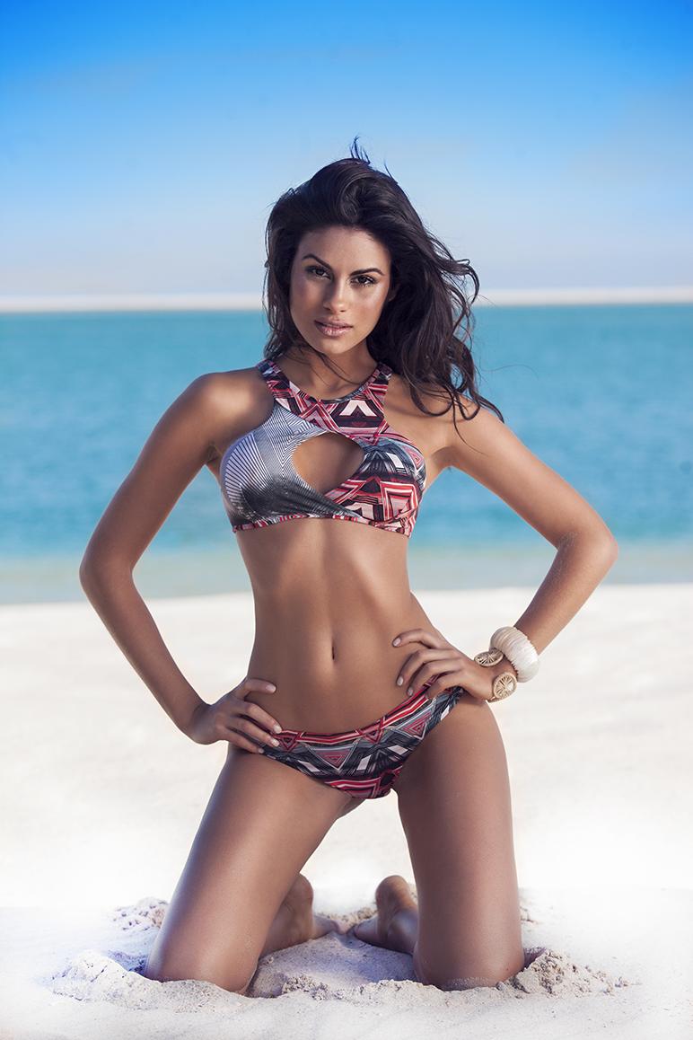 5177f13c3d28 ... para vestir as peças Ekena Bay, a produção do lookbook ocorreu nas  praias paradisíacas de Troia que foram o cenário ideal para acompanhar o  look.