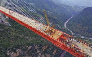 Engenheiros chineses finalizaram a estrutura da qual espera-se que seja a ponte mais alta do mundo, informaram autoridades locais. A ponte de Beipanjiang, no montanhoso sudoeste da China, se eleva 565 metros acima do rio, informou o Departamento de Transportes da província de Guizhou em um comunicado publicado no domingo
